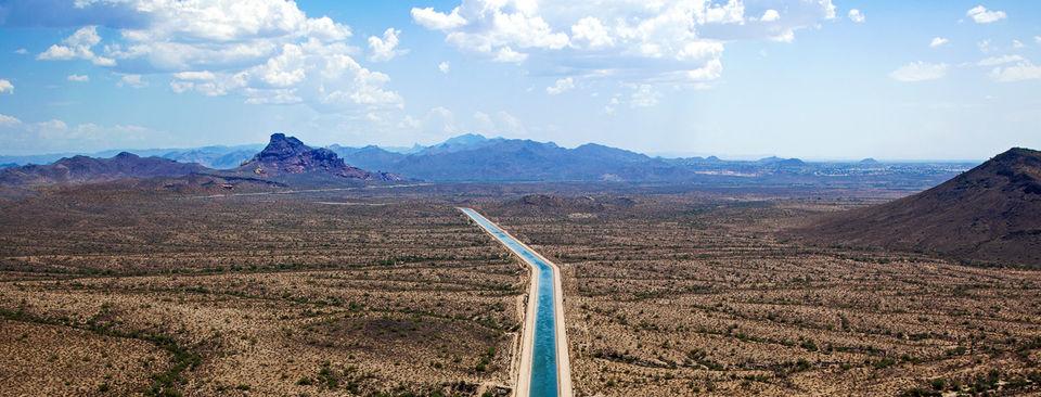 Wasserkanal in einem weiten Tal
